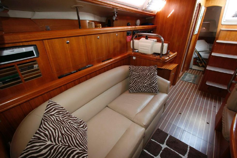 2005 Hunter 466 - Settee w/Bose Sound System