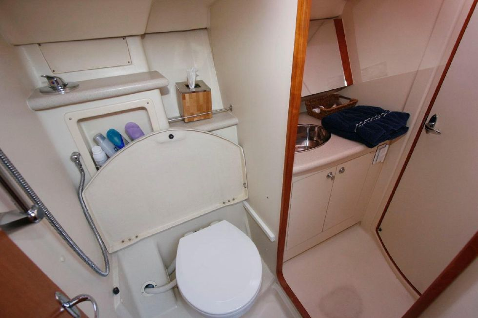 2005 Hunter 466 - Guest Head w/shower