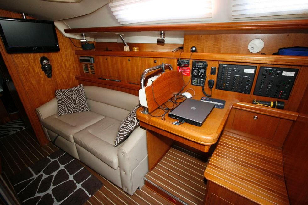 2005 Hunter 466 - Navigation Station