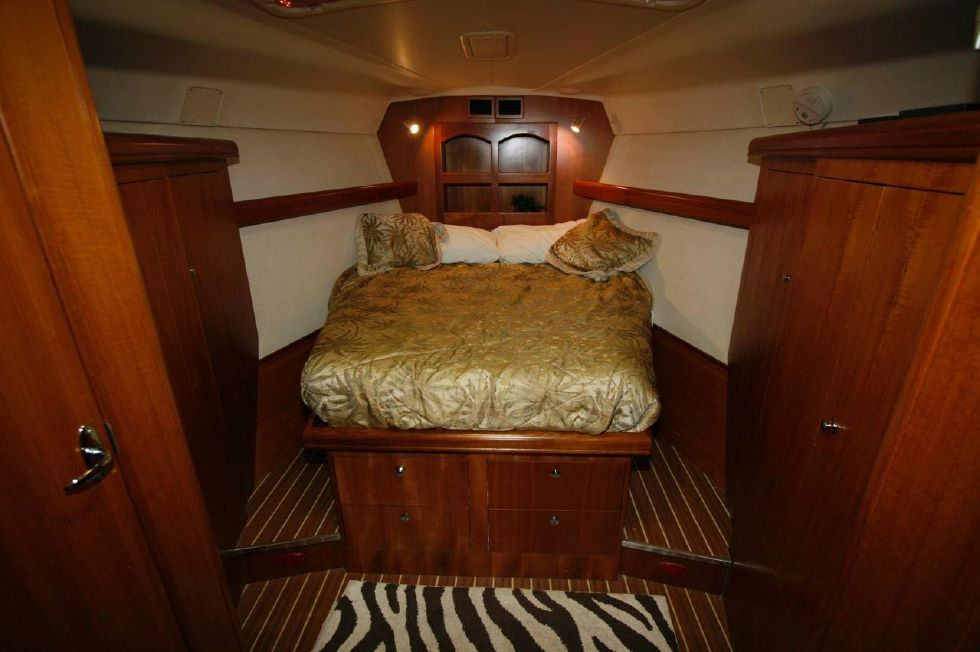 2005 Hunter 466 - Master Stateroom Forward