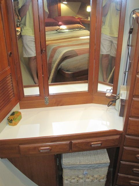 1987 Kadey-Krogen 42 Pilothouse Trawler Stabilized & Centerline Queen - Dressing table