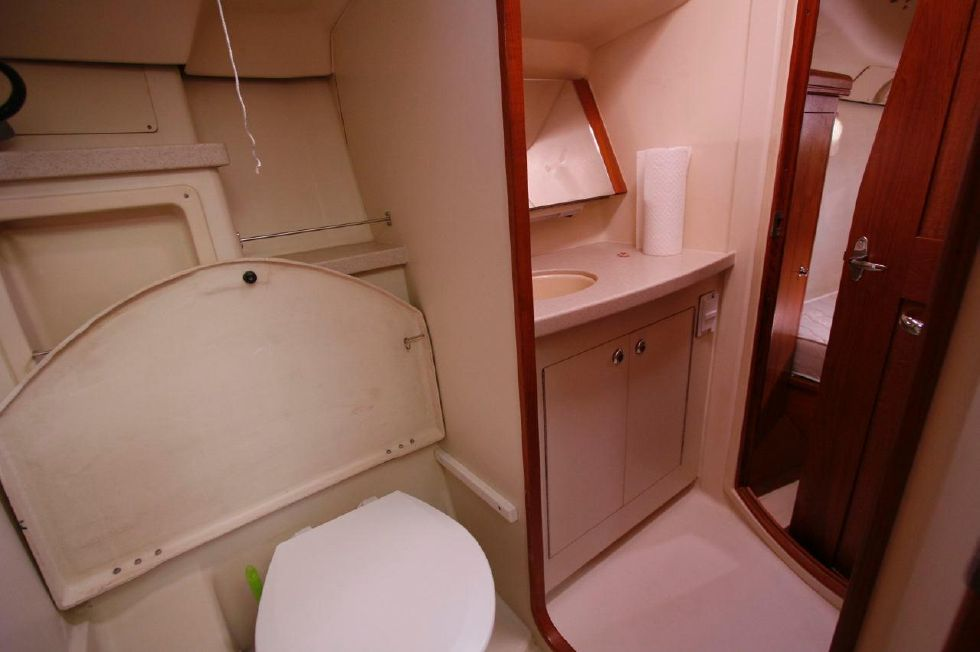 2004 Hunter 466 bow thruster - Guest Head/Shower Starboard