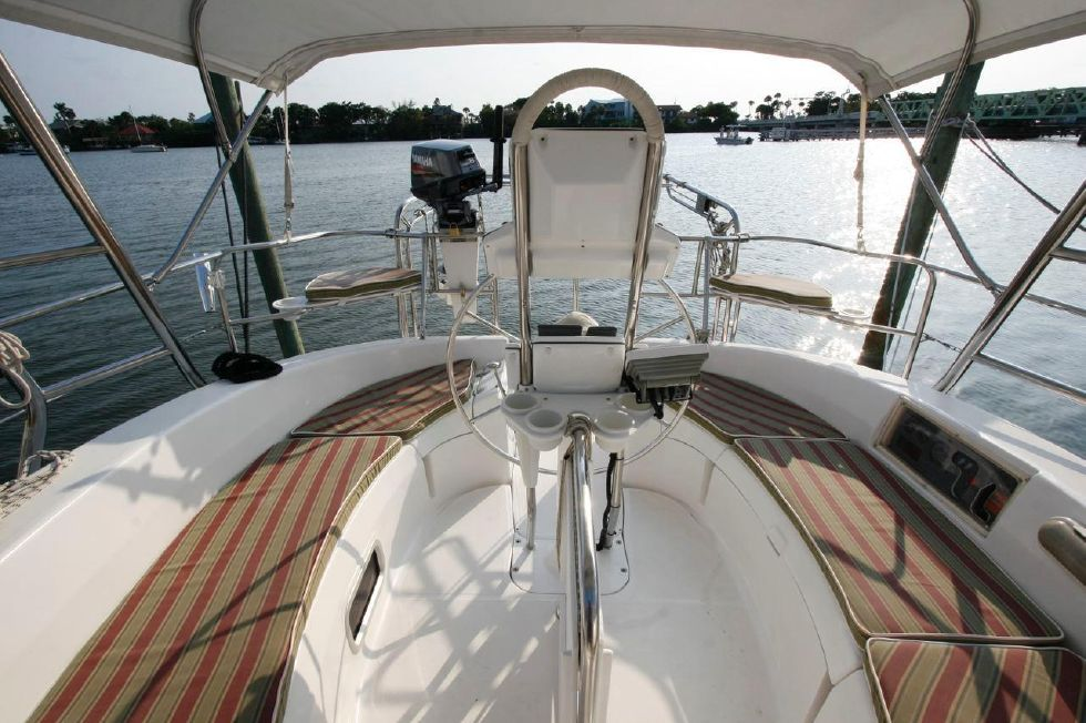 2004 Hunter 466 bow thruster - Cockpit w/cushions