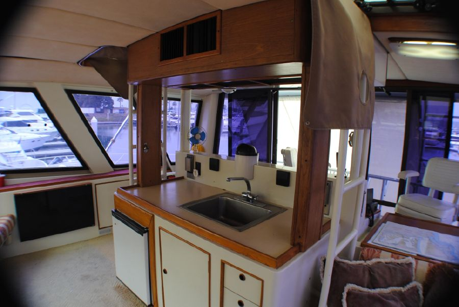 Striker 70 Sportfisher Flybridge Wetbar
