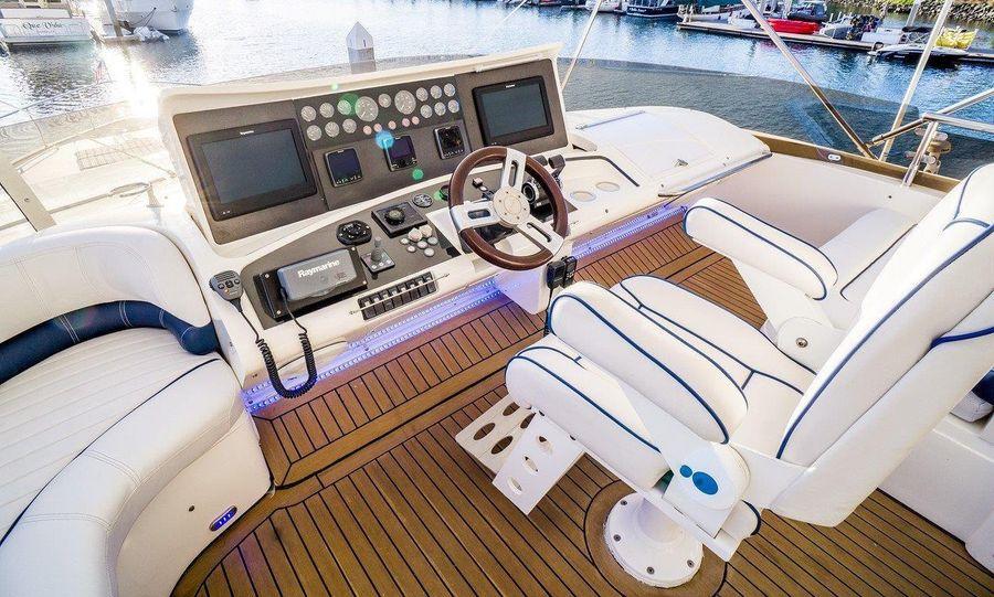 Viking Sport Cruisers 84 Flybridge Helm