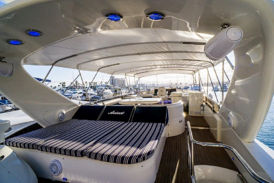 Viking Sport Cruisers 84 Flybridge Lounge