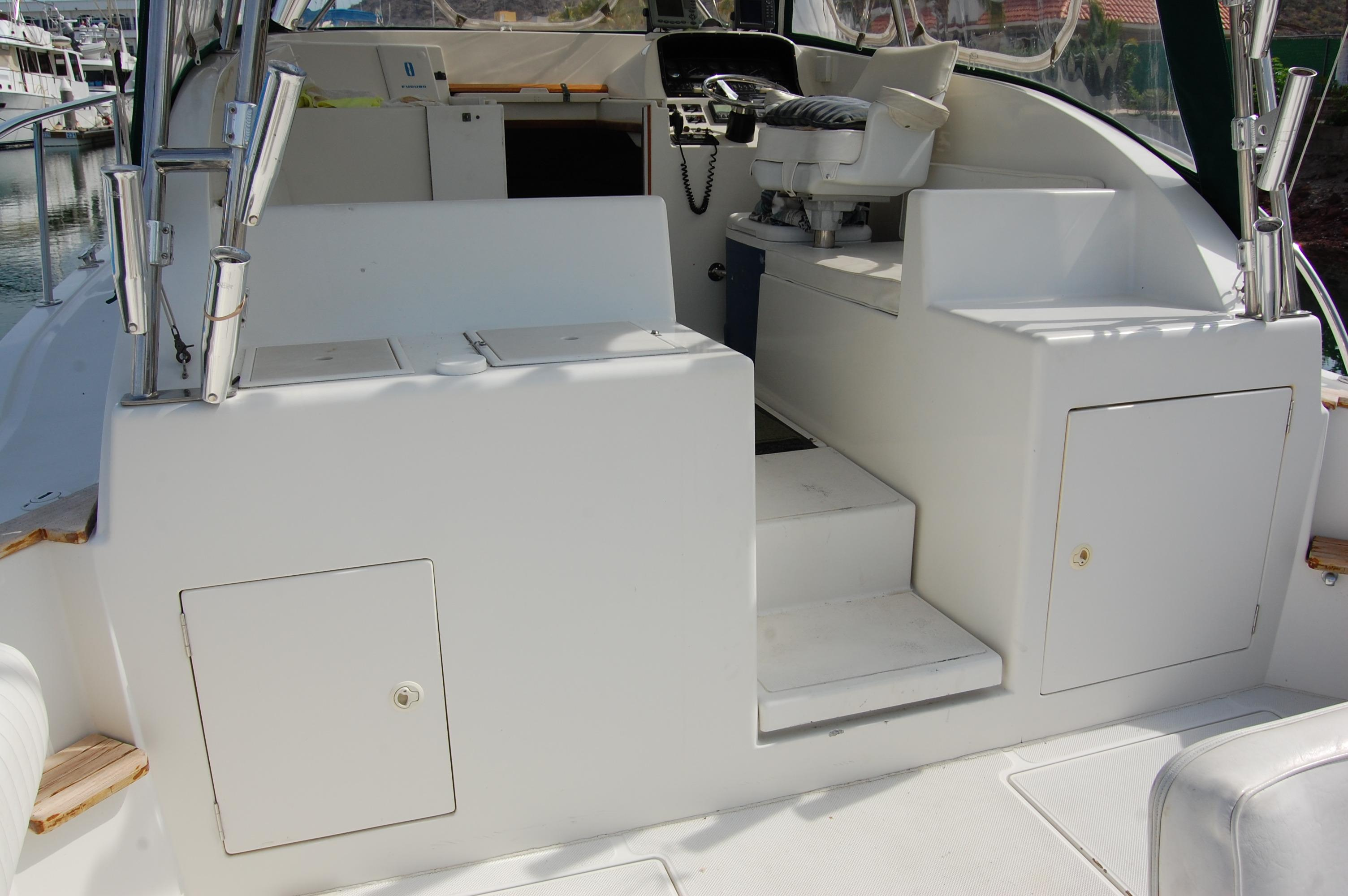 33' Knight & Carver Sportfisher+Steering and electronics