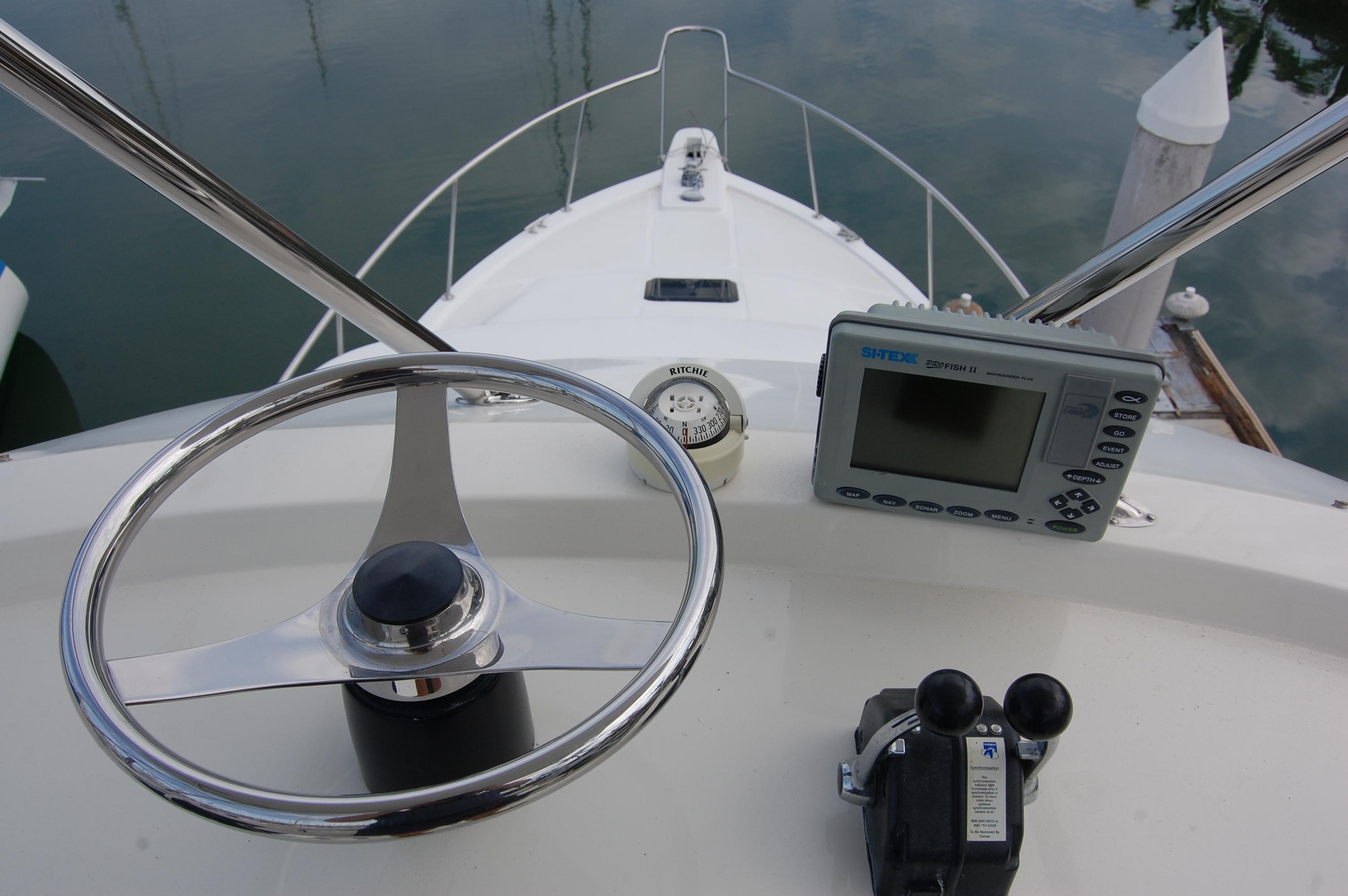 33' Knight & Carver Sportfisher+Aft deck (fishing) view