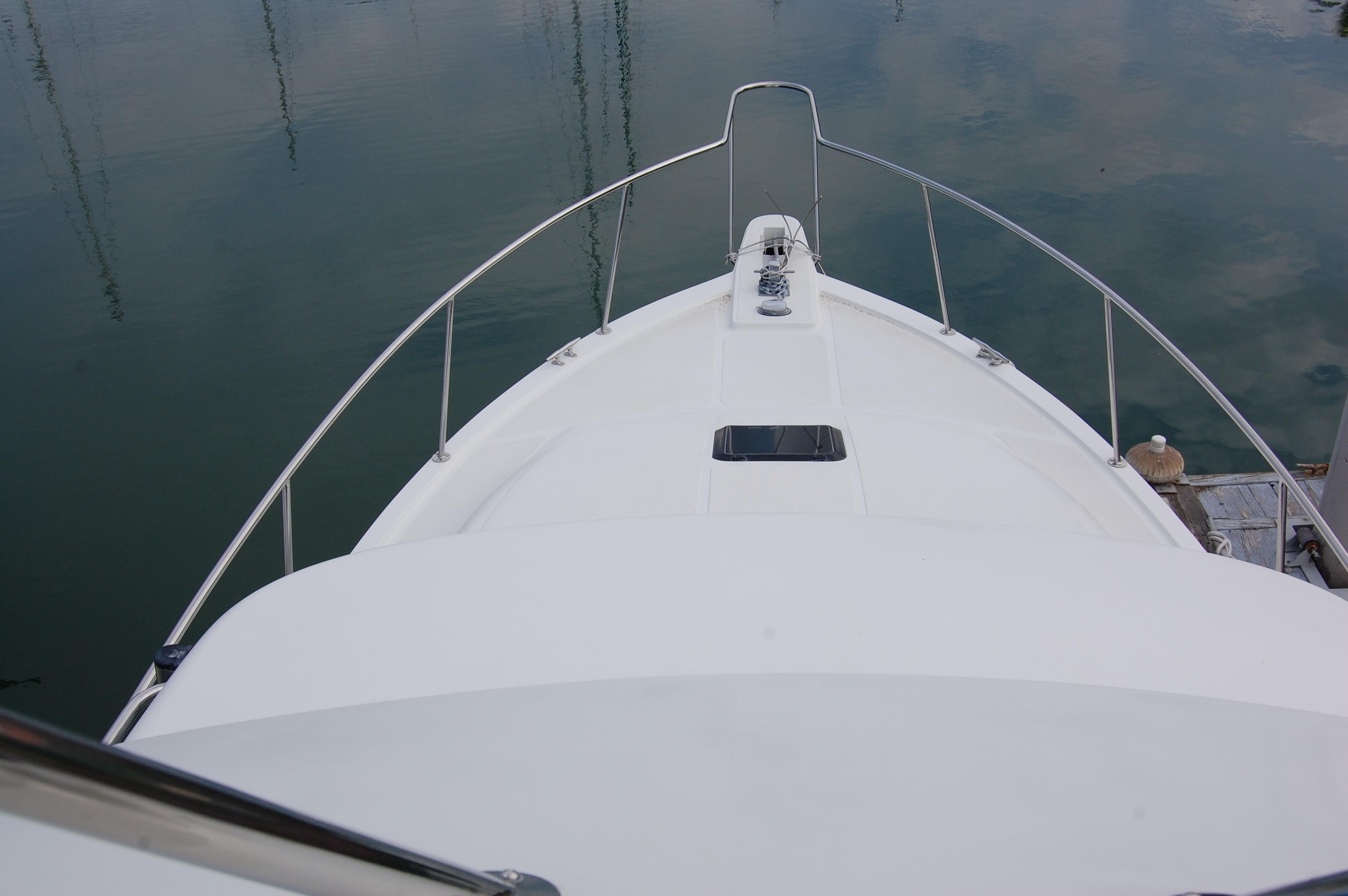 33' Knight & Carver Sportfisher+Captain's chair and controls
