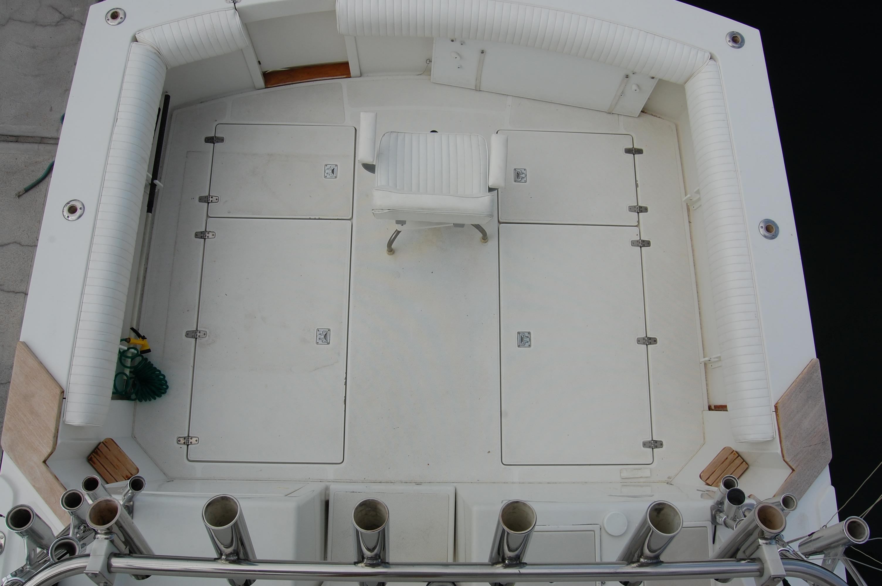 33' Knight & Carver Sportfisher+Cockpit seating and entrance