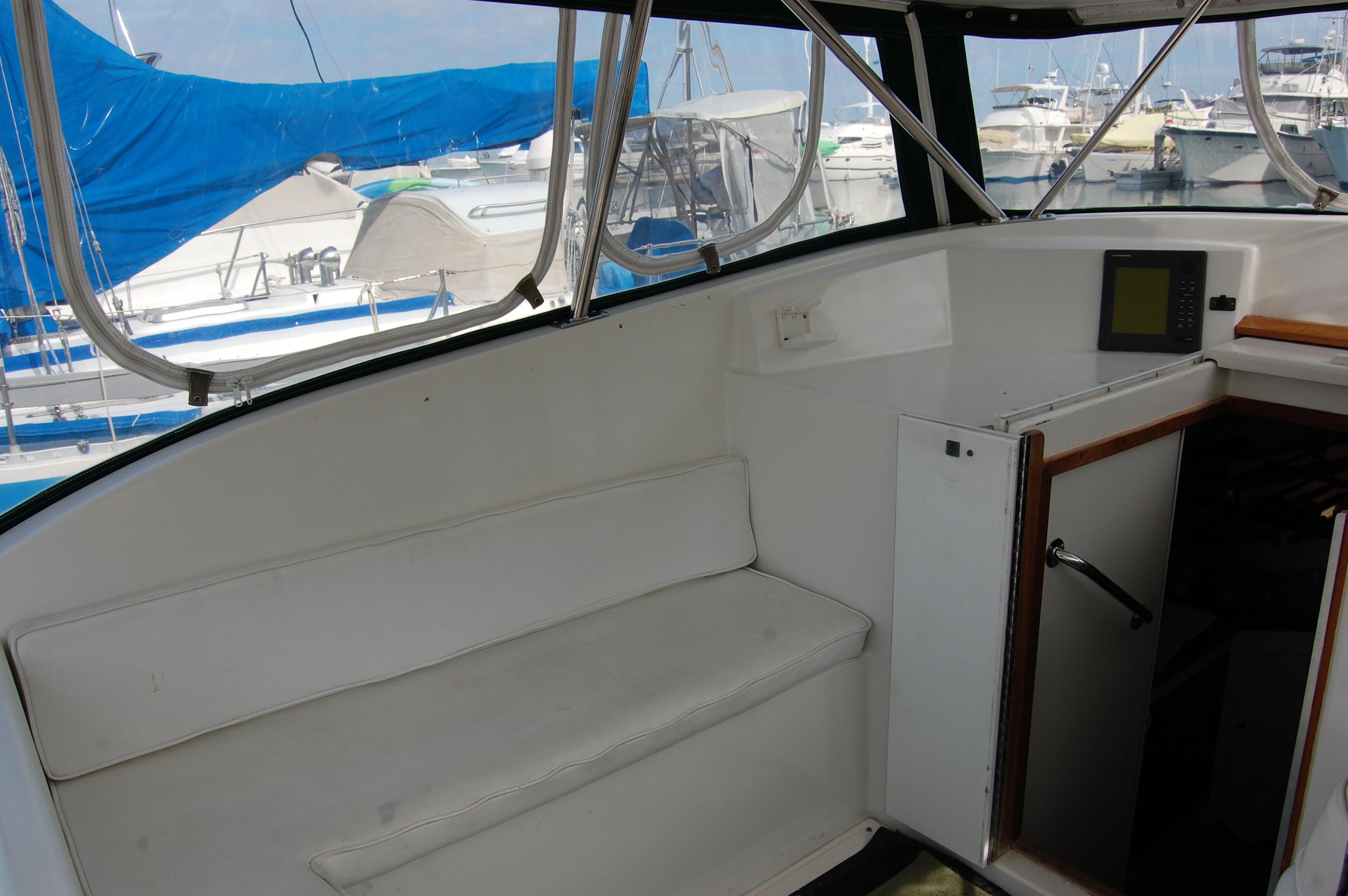 33' Knight & Carver Sportfisher+Companionway