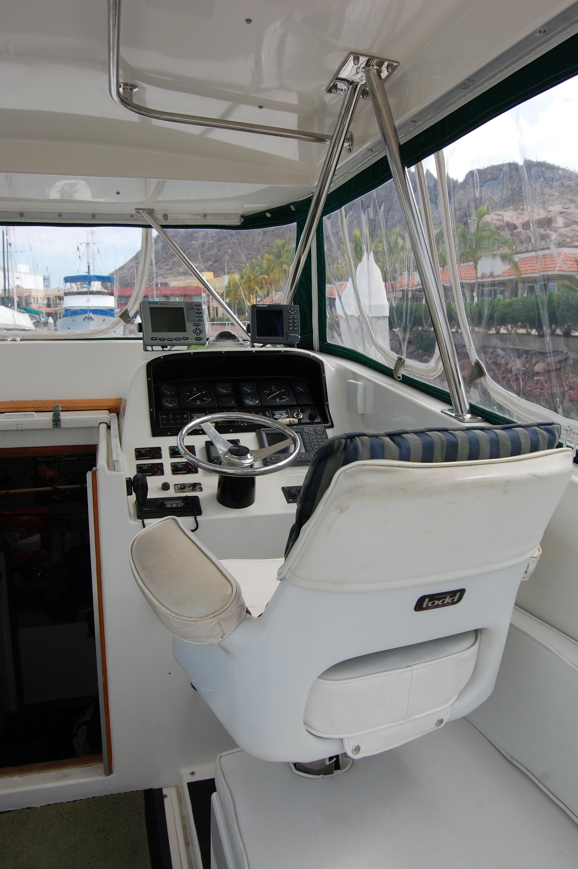 33' Knight & Carver Sportfisher+Gaugues and electronics