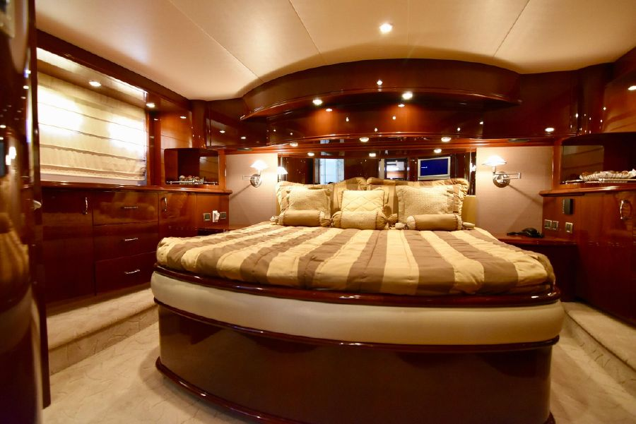 Marquis 59 Pilothouse Master Bed