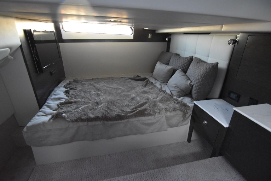 Cruisers Yachts 39 Express Coupe Master Cabin