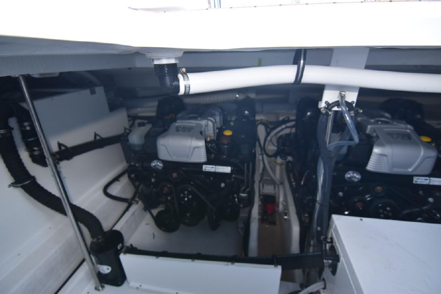 Cruisers Yachts 39 Express Coupe Engines