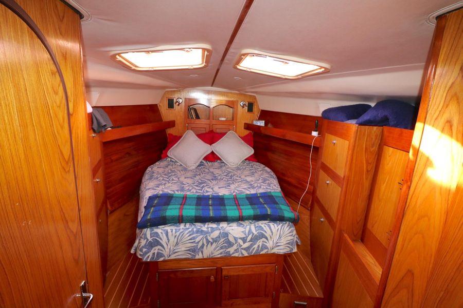 Hunter 460 Sailboat master bedroom