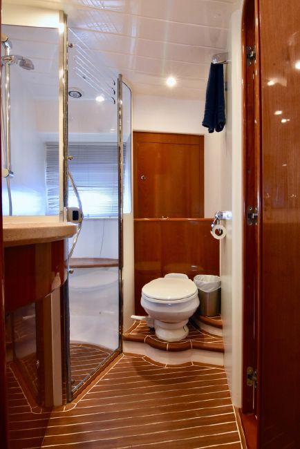 2004 Viking Sport Cruisers V58 Master Bathroom Head