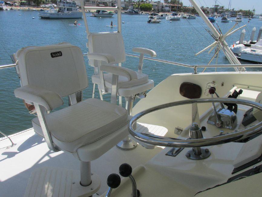 Hatteras 53 Convertible Sportfisher Flybridge Helm seat