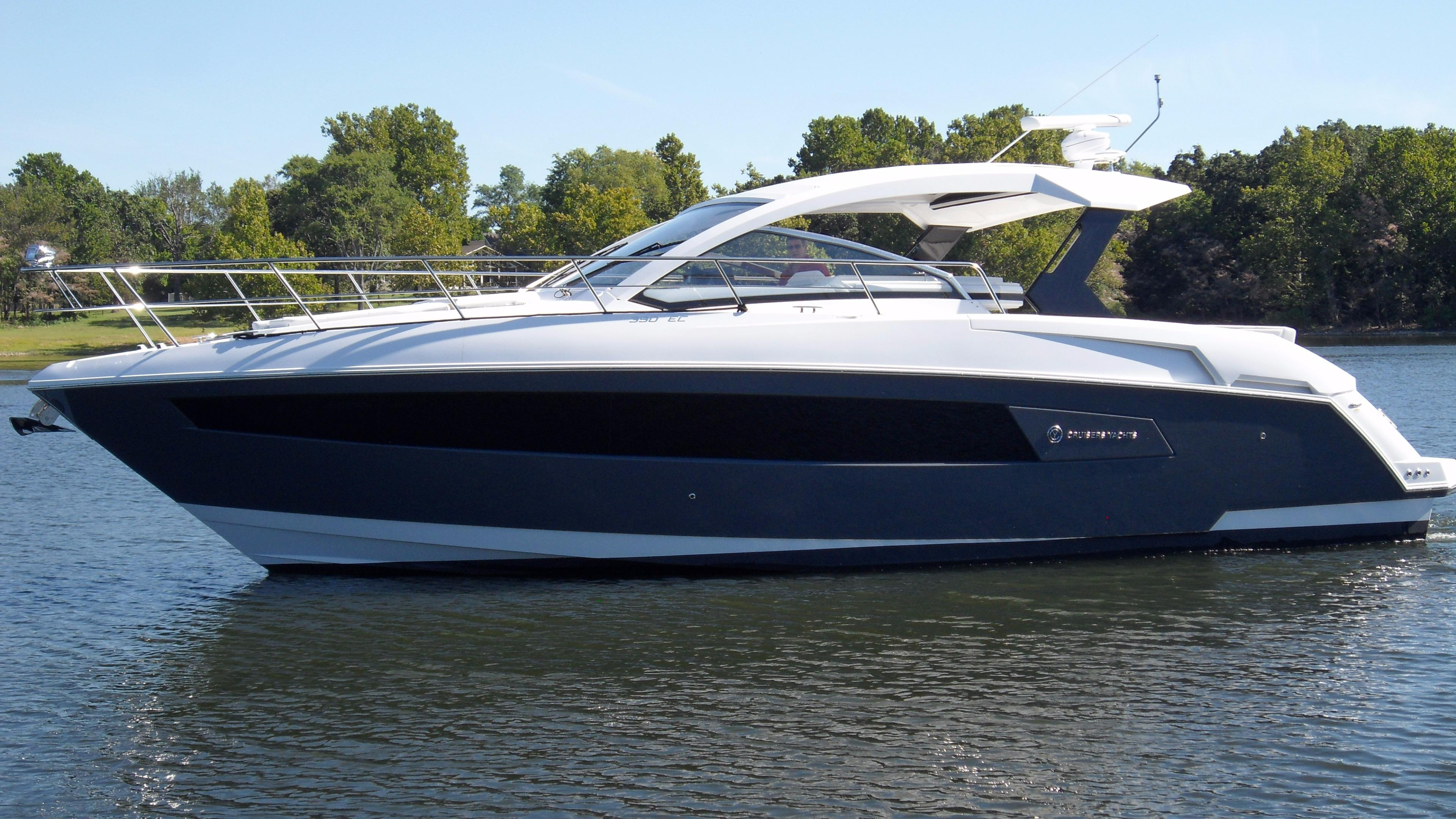 2016 Cruisers Yachts 390 Express Coupe Power Boat For Sale Www Yachtworld Com