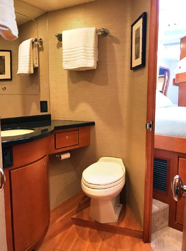 Donzi Z65 Tournament Sportfisher Guest Head Bathroom