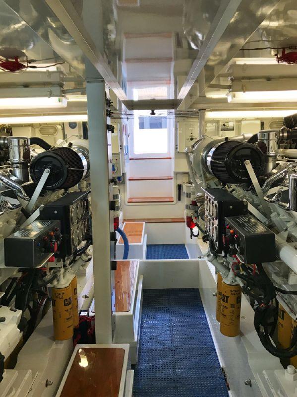 Donzi Z65 Sportfisher Engine Room