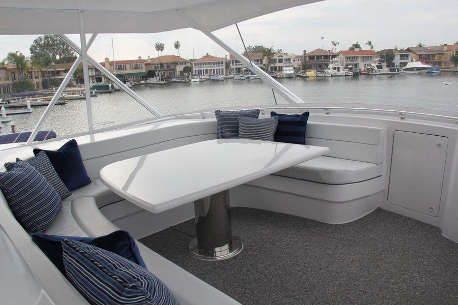Donzi Z65 Tournament Sportfisher Flybridge Lounge