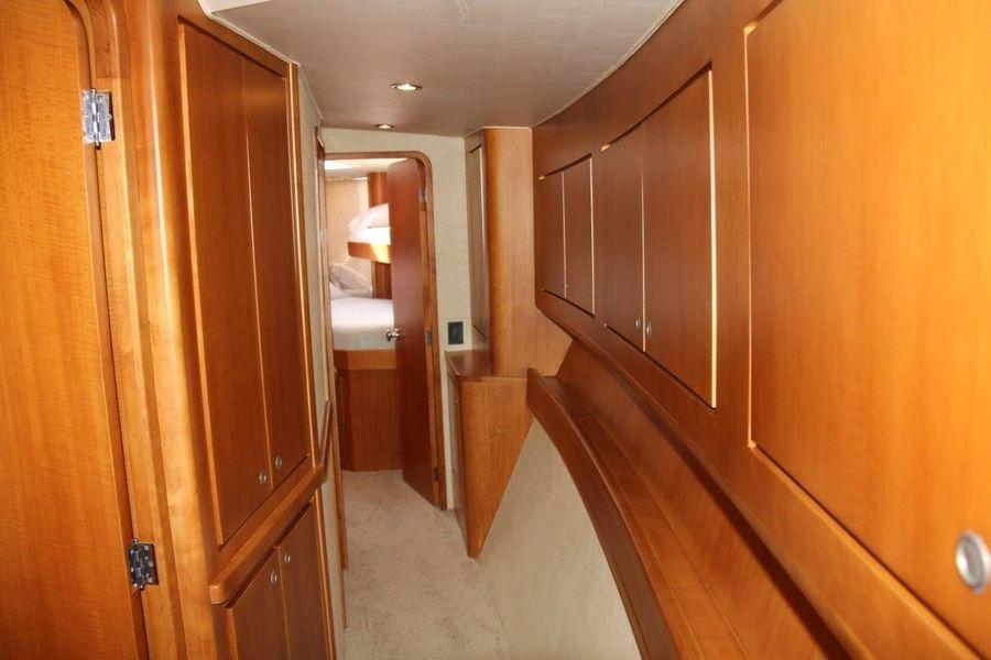 Donzi Z65 Sportfisher Interior Hallway
