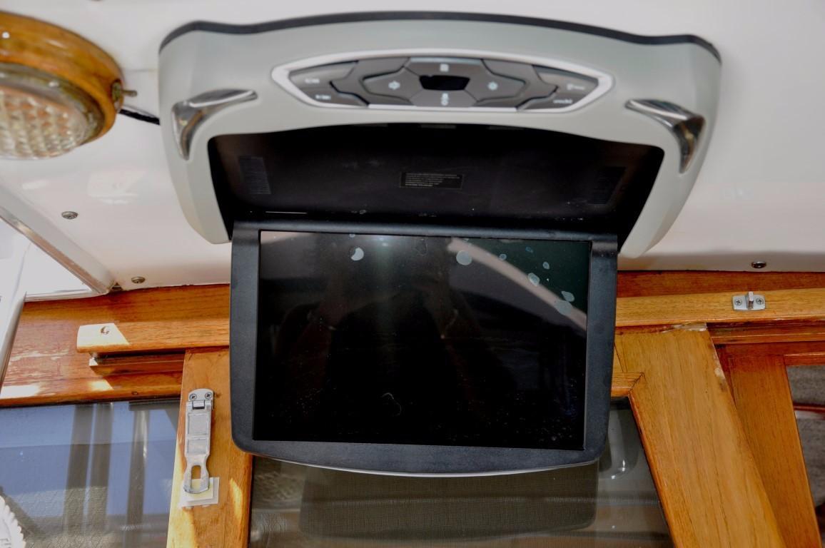 32' Bayliner Sedan+Comfortable seating upper helm