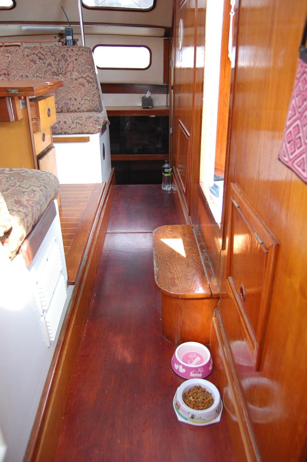36' PDQ Classic+Looking forward Starboard view