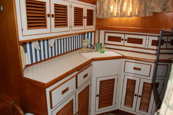 48' Offshore Yacht Fisher+Hanging locker
