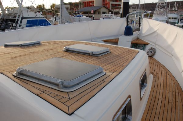 48' Offshore Yacht Fisher+Side deck