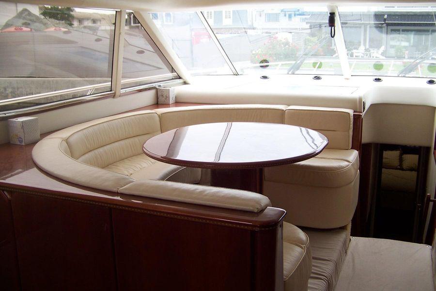 2000 Viking Sport Cruisers 68 Yacht Salon Dinette