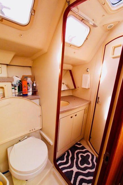 Huntet 460 Sailboat Head Compartment