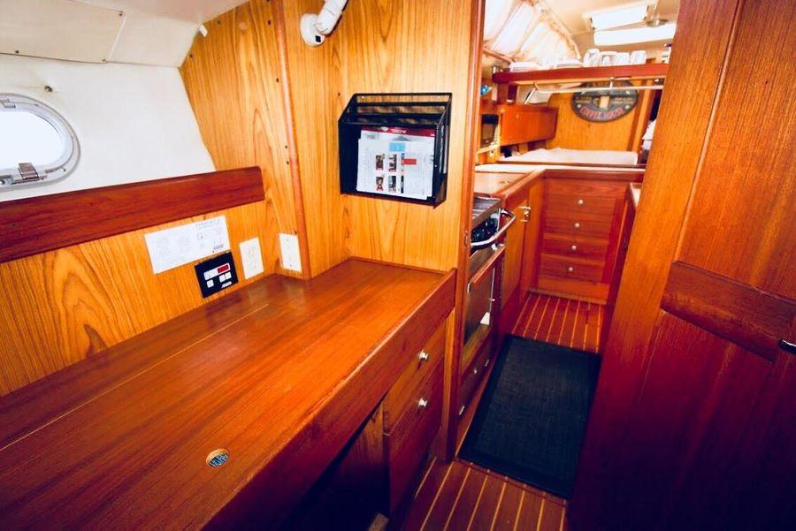 Hunter 460 Sailboat Walkway