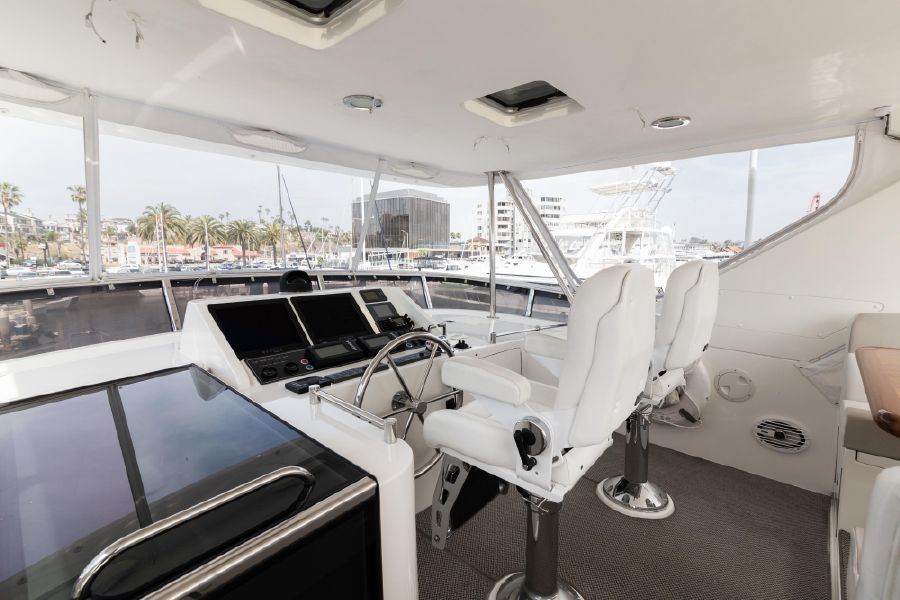 Ocean Alexander 64 Motoryacht Flybridge Helm