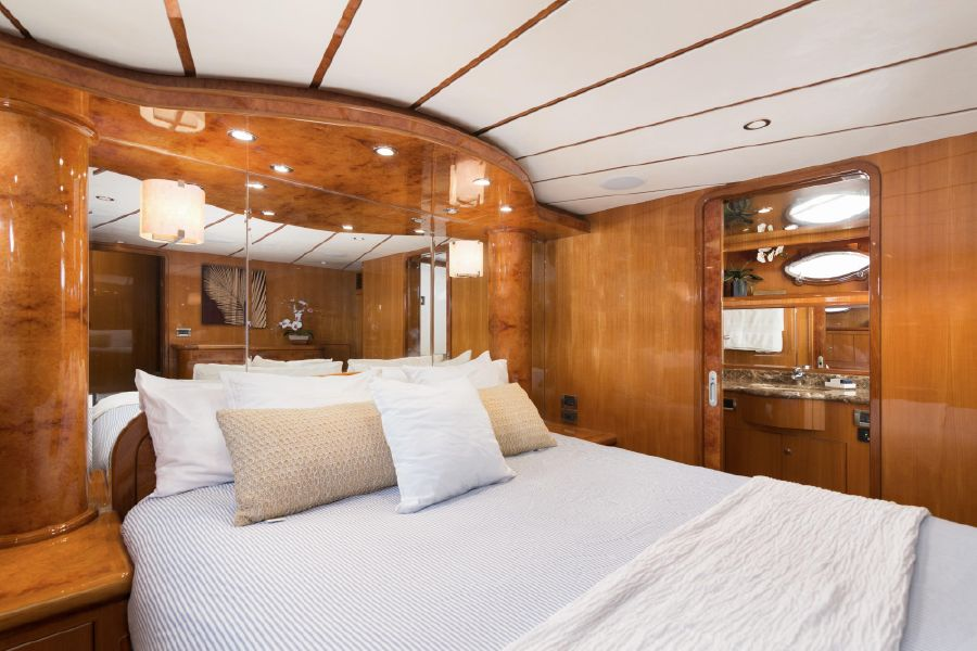Ocean Alexander 64 Motoryacht Master Bedroom