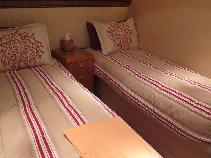 Hatteras 64 Motor Yacht Guest Stateroom