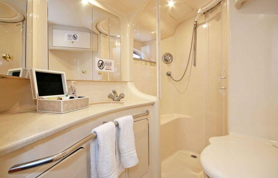 Sea Ray 480 Sedan Bridge Bathroom