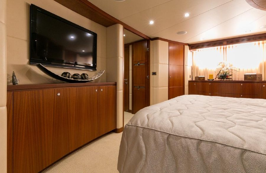 2010 Ocean Alexander 88 Luxury Yacht Master Stateroom