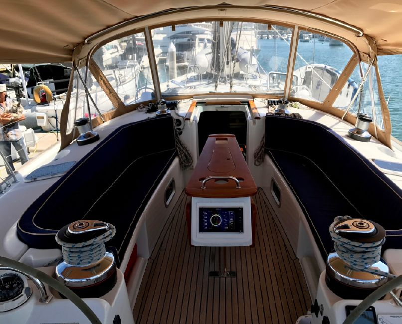 Beneteau 523 Sailboat Cockpit