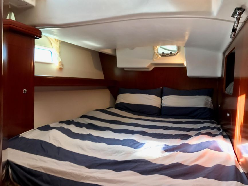 Beneteau 523 Sailboat Starboard Guest Cabin