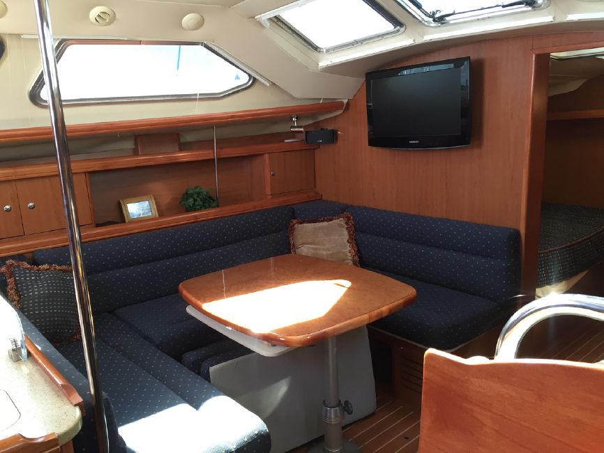 Hunter 41 DS Salon Interior