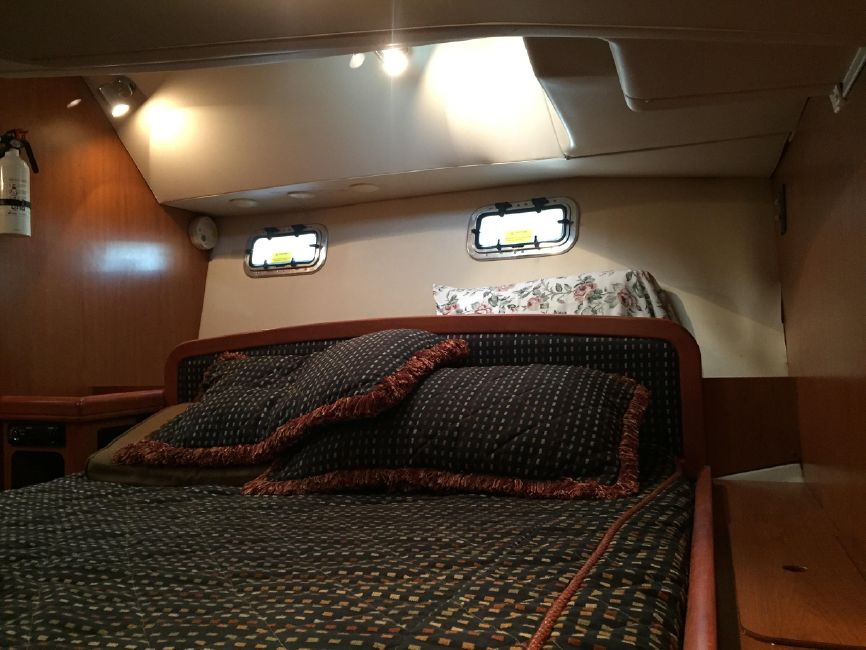 Hunter 41 DS Master Cabin Bed