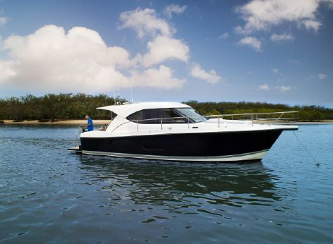 2015 Riviera 3600 Sport Yacht