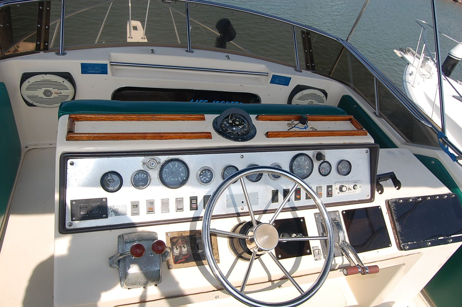 31' Chris Craft 315 Commander+galley