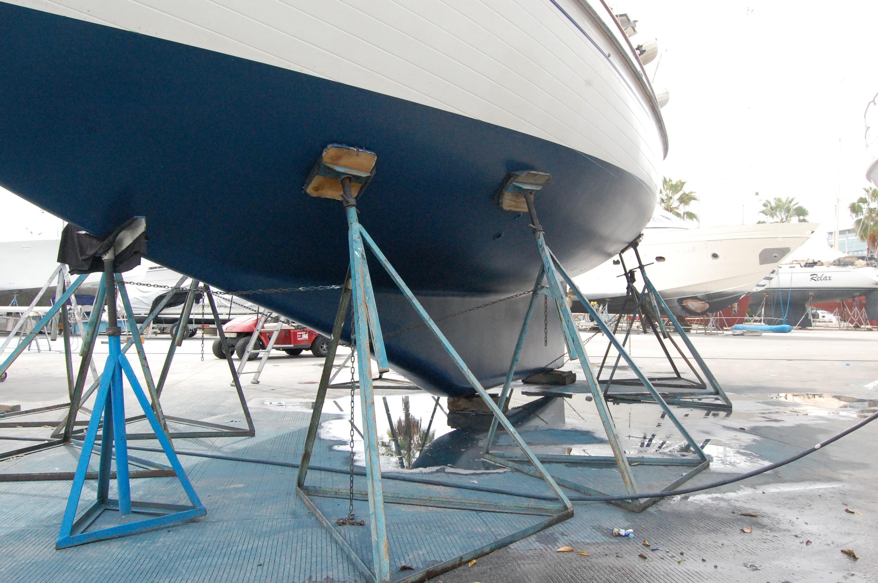 37' Tayana Cutter+spinnaker under sail
