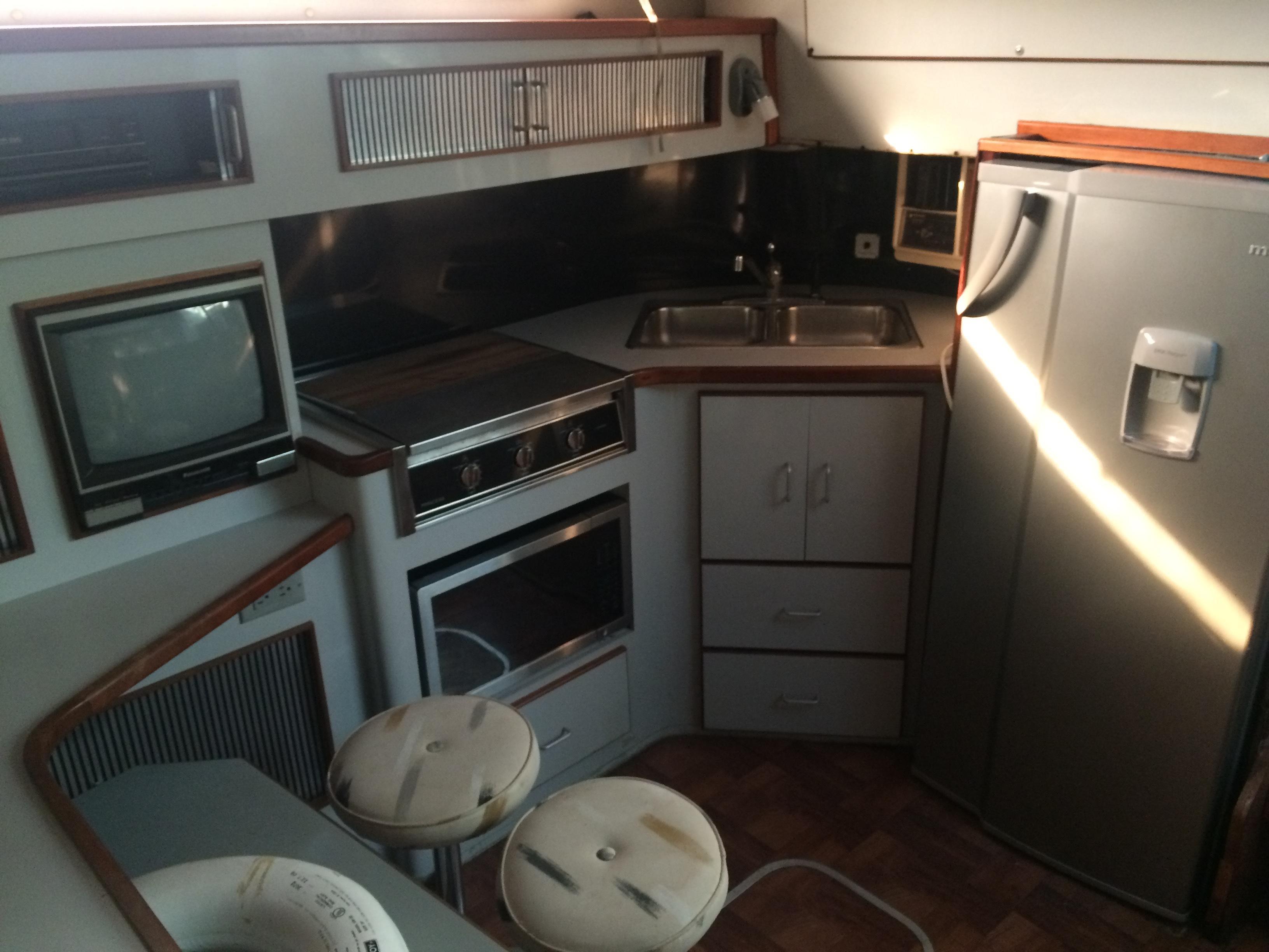 39' Sea Ray 300 Express Cruiser+Photo 6