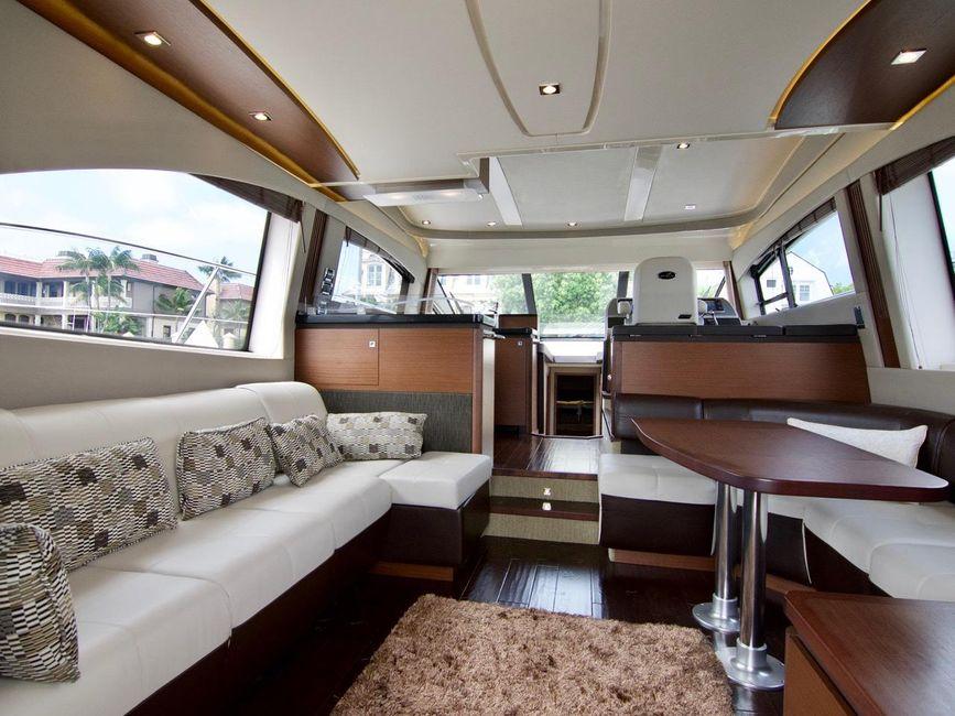 Sea Ray 510 Fly Yacht Interior Salon