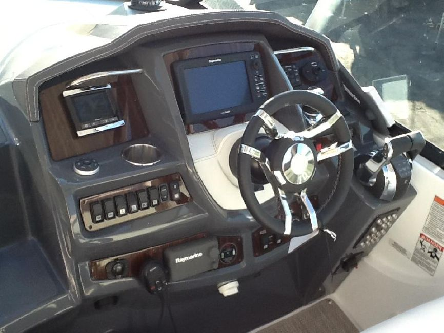 Cruisers Yachts 350 Express Helm