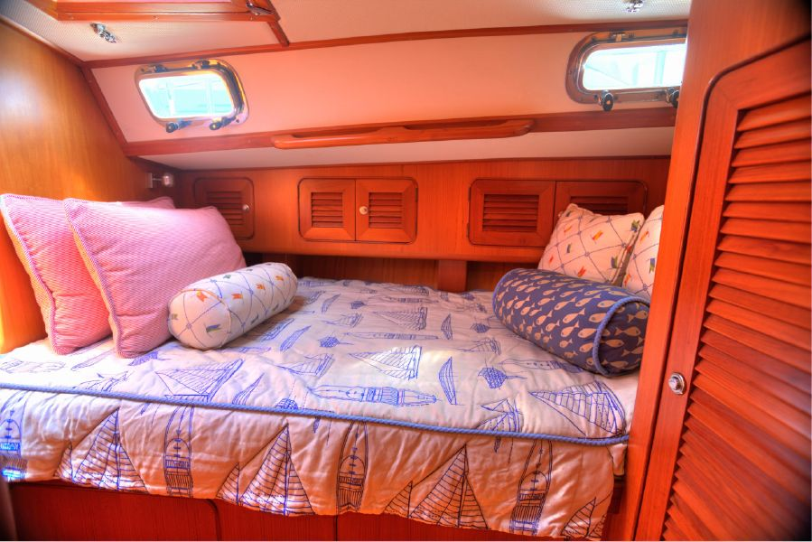 Hylas 54 Raised Saloon Guest Bed